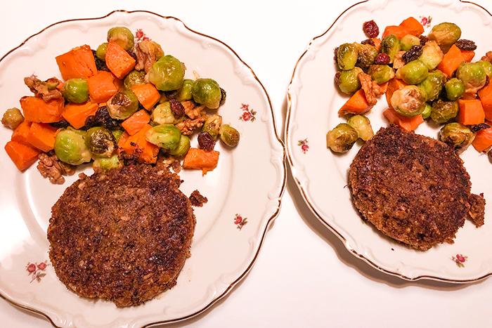 vegan minimal waste zoete aardappel, spruitjes, cranberries en walnoten ovenschotel en zelfgemaakte linzenburgers